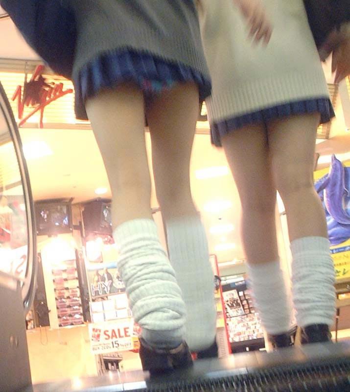 【美脚微エロ画像】若いムッチリ美脚が際立つwコギャル以外も履くルーズソックスwww 27