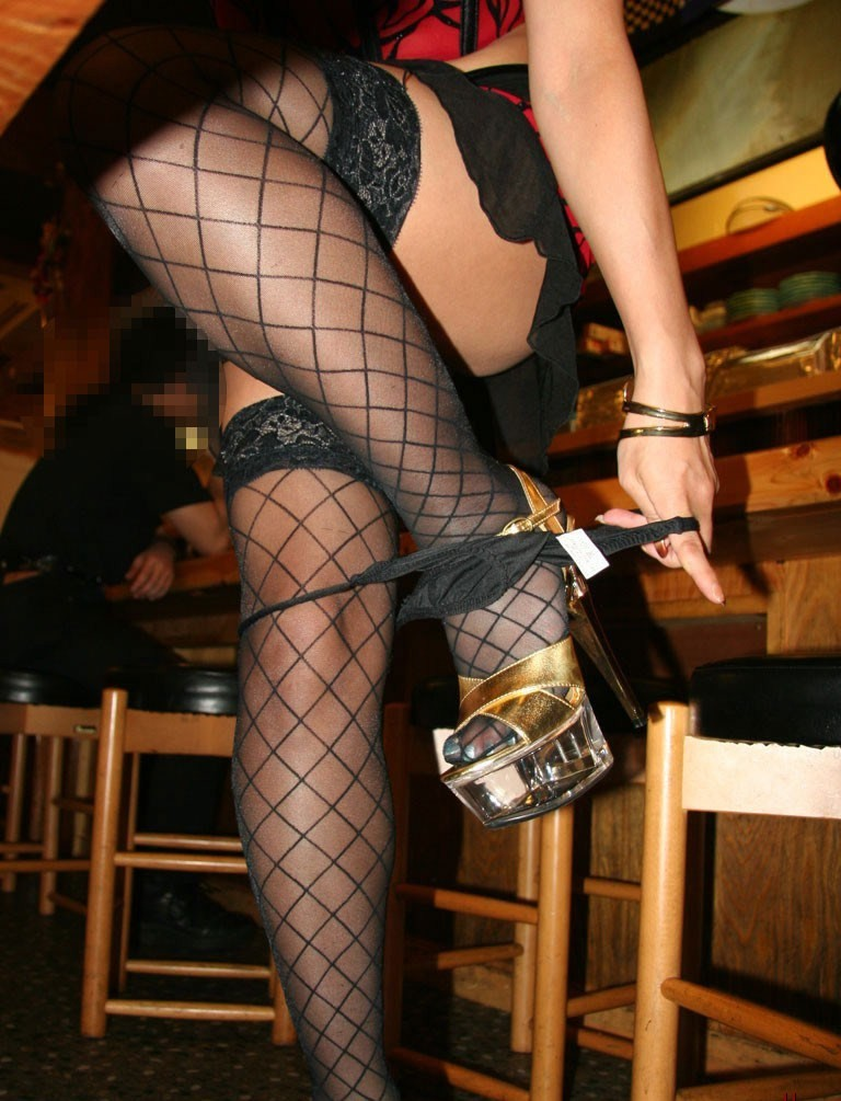 【脱衣エロ画像】脚とお尻が遮ってまだ見えないwパンツ脱ぎかけ女子の気になる下半身www 01