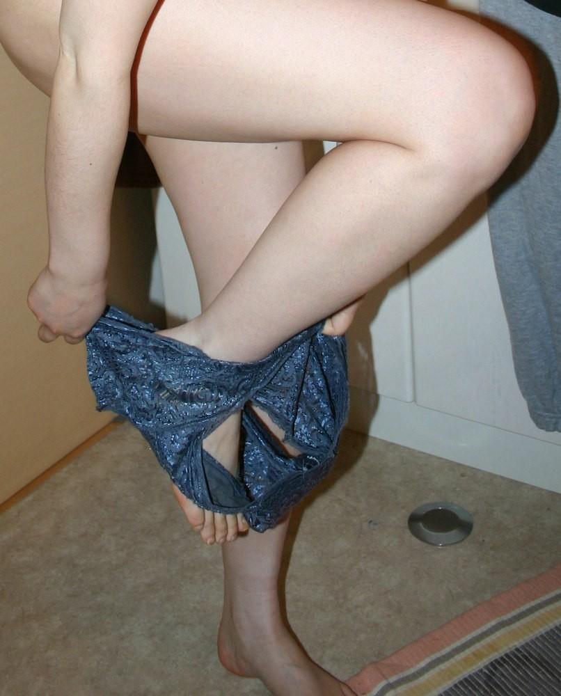 【脱衣エロ画像】脚とお尻が遮ってまだ見えないwパンツ脱ぎかけ女子の気になる下半身www 10