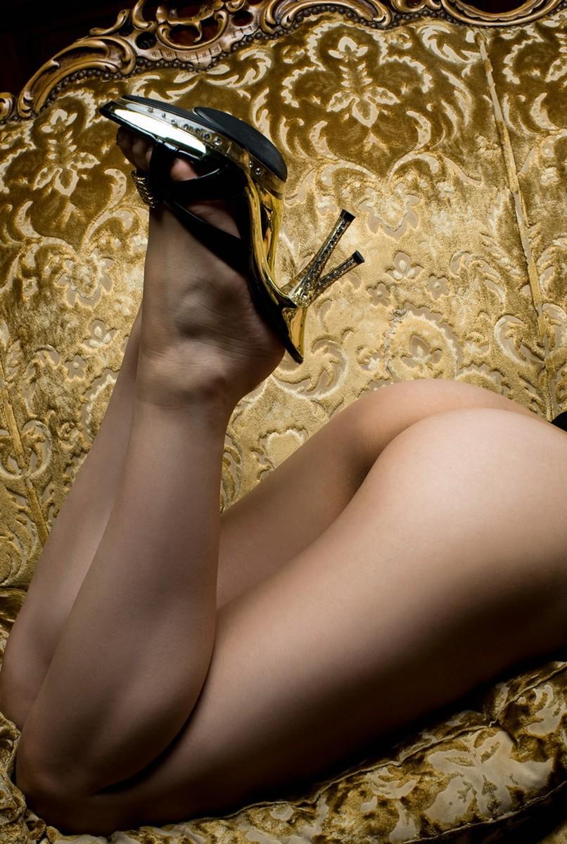 【美足エロ画像】M男ならゾクゾク来る!?踏まれたら痛くて幸せかもな鋭いヒールと美脚www 23