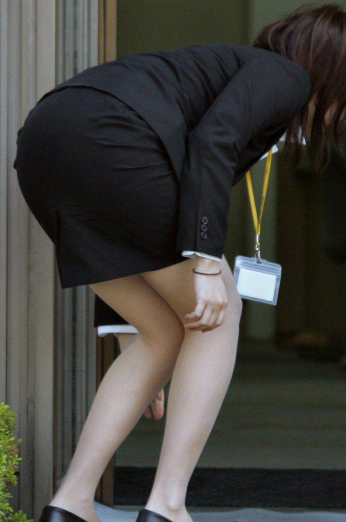 【OLエロ画像】着衣尻の丸みが強まってヤバイ!働く女性の前屈みタイトwww 01