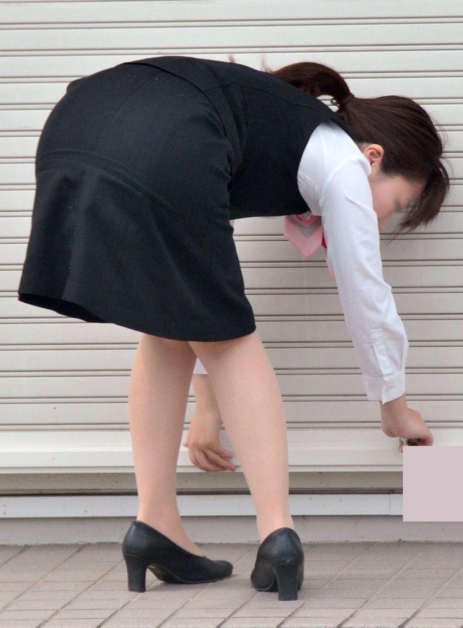 【OLエロ画像】着衣尻の丸みが強まってヤバイ!働く女性の前屈みタイトwww 03