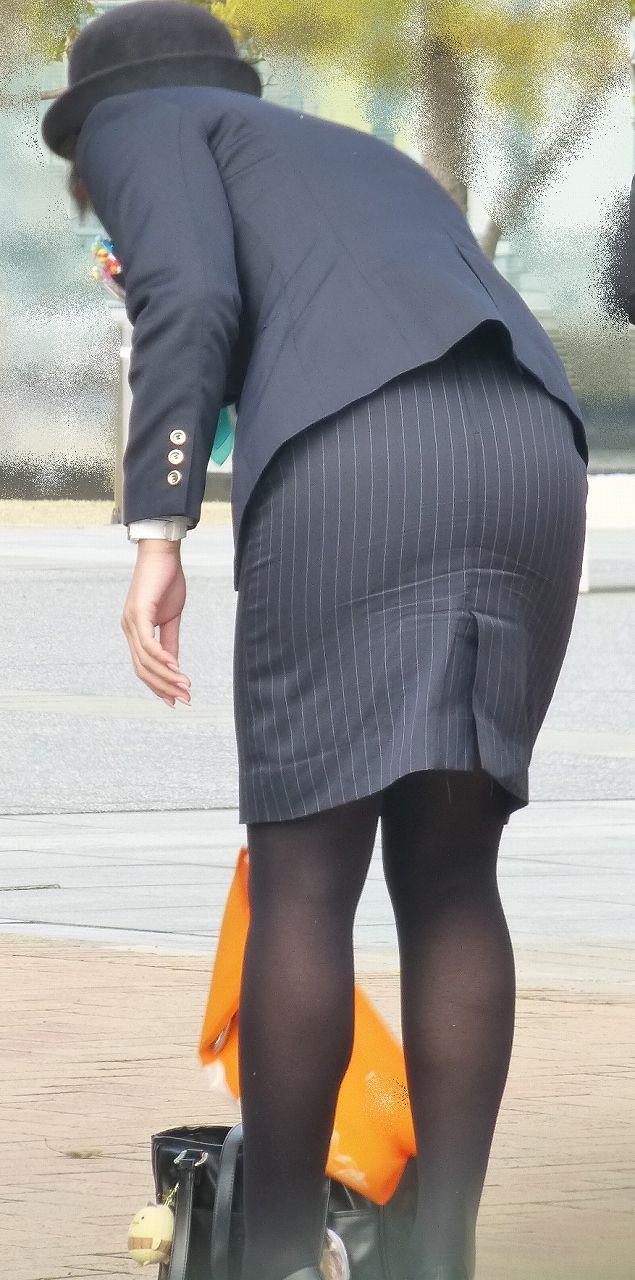 【OLエロ画像】着衣尻の丸みが強まってヤバイ!働く女性の前屈みタイトwww 10