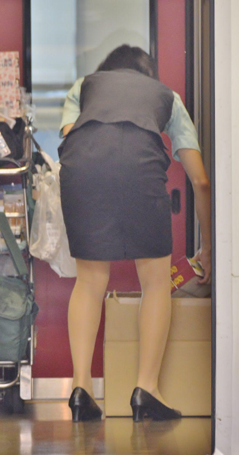 【OLエロ画像】着衣尻の丸みが強まってヤバイ!働く女性の前屈みタイトwww 13