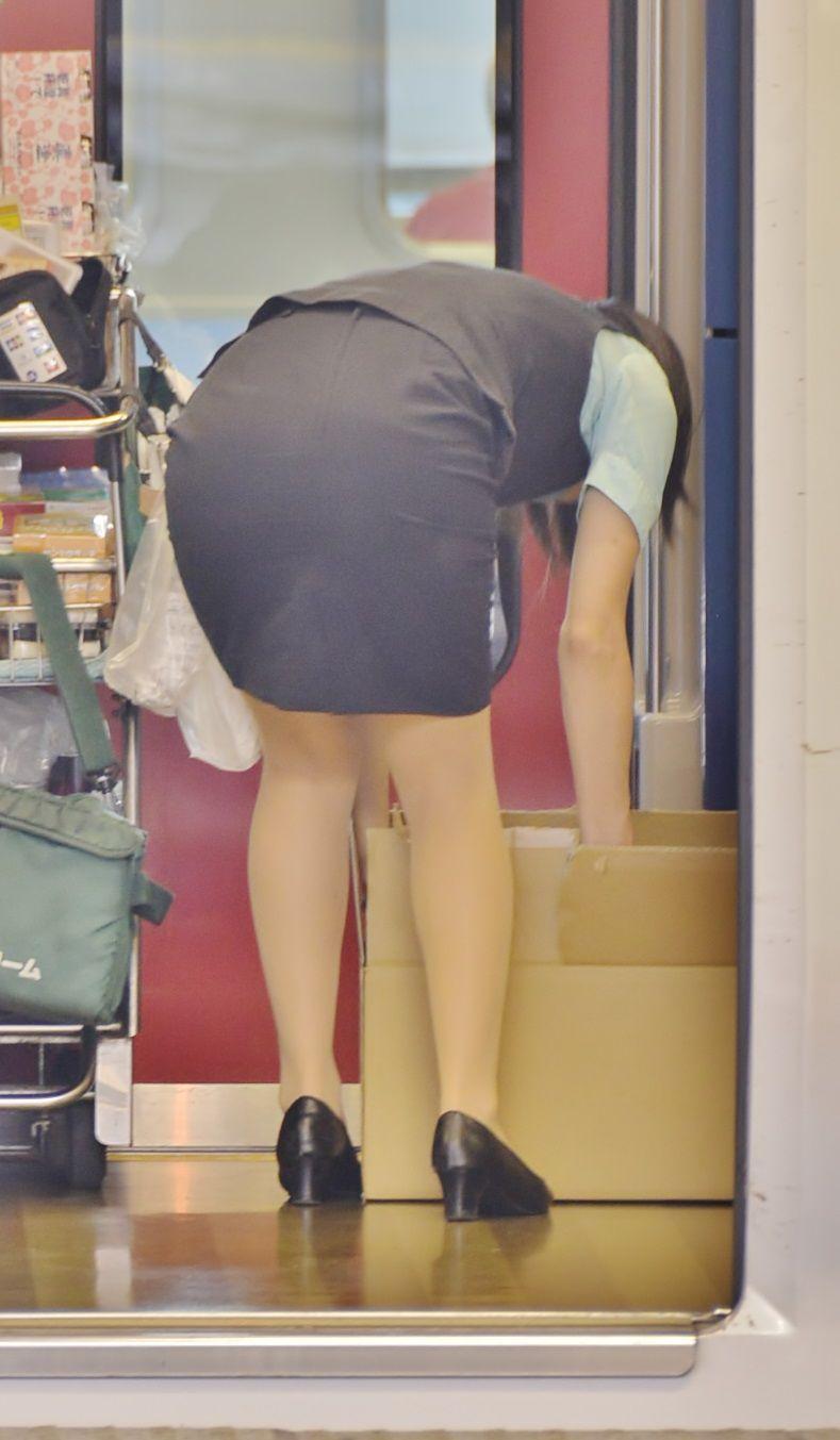 【OLエロ画像】着衣尻の丸みが強まってヤバイ!働く女性の前屈みタイトwww 14
