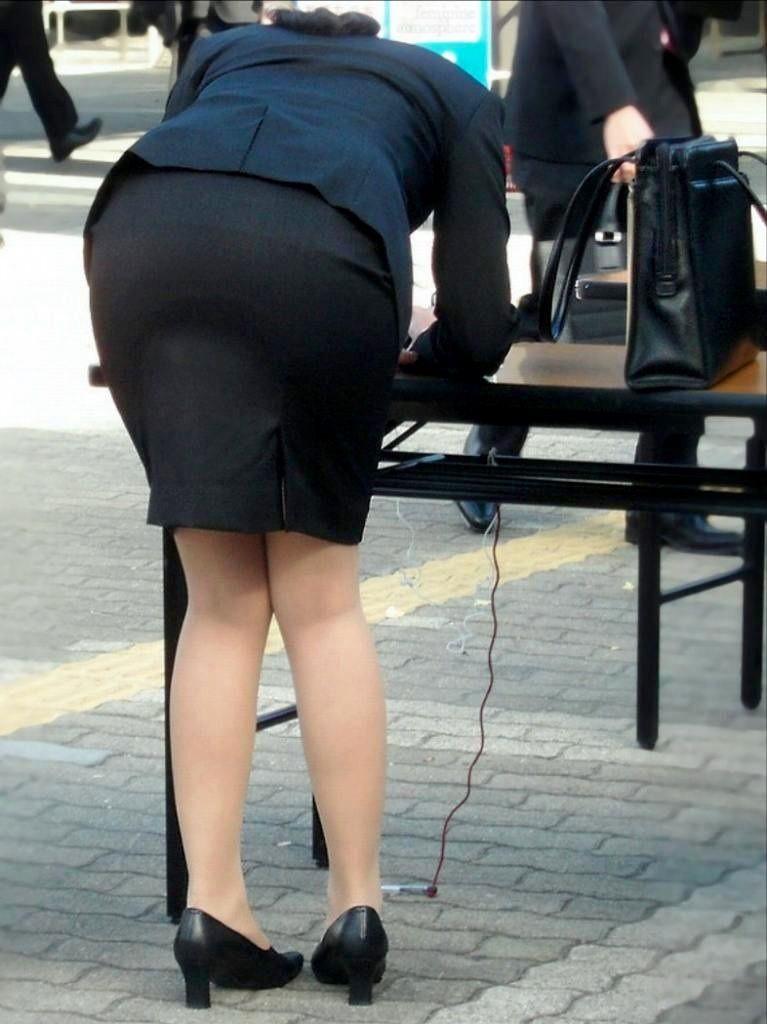 【OLエロ画像】着衣尻の丸みが強まってヤバイ!働く女性の前屈みタイトwww 15