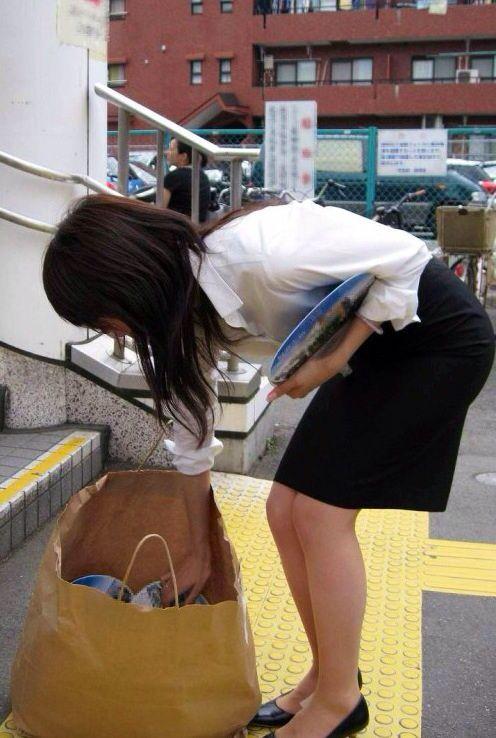 【OLエロ画像】着衣尻の丸みが強まってヤバイ!働く女性の前屈みタイトwww 16