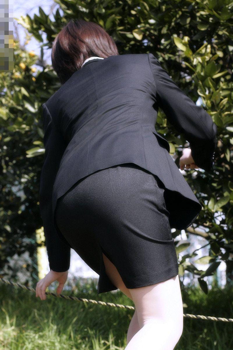 【OLエロ画像】着衣尻の丸みが強まってヤバイ!働く女性の前屈みタイトwww 22