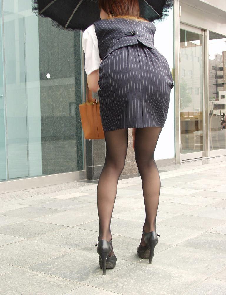 【OLエロ画像】着衣尻の丸みが強まってヤバイ!働く女性の前屈みタイトwww 27