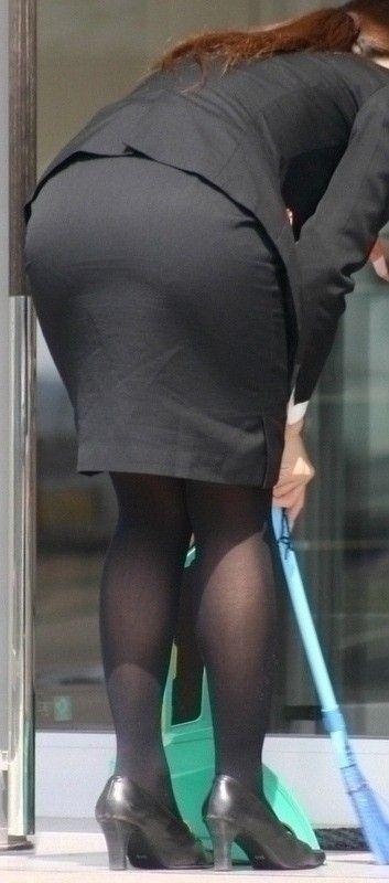 【OLエロ画像】着衣尻の丸みが強まってヤバイ!働く女性の前屈みタイトwww 30