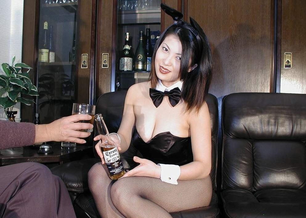 【コスプレエロ画像】前をズリ下ろして乳見たい!肩紐は邪道バニーさんのお胸www 14