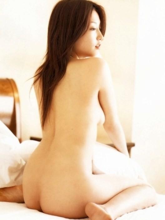 【背中美人エロ画像】後ろ向きでも見えたら巨乳w背中越しに確認できるおっぱいwww 04