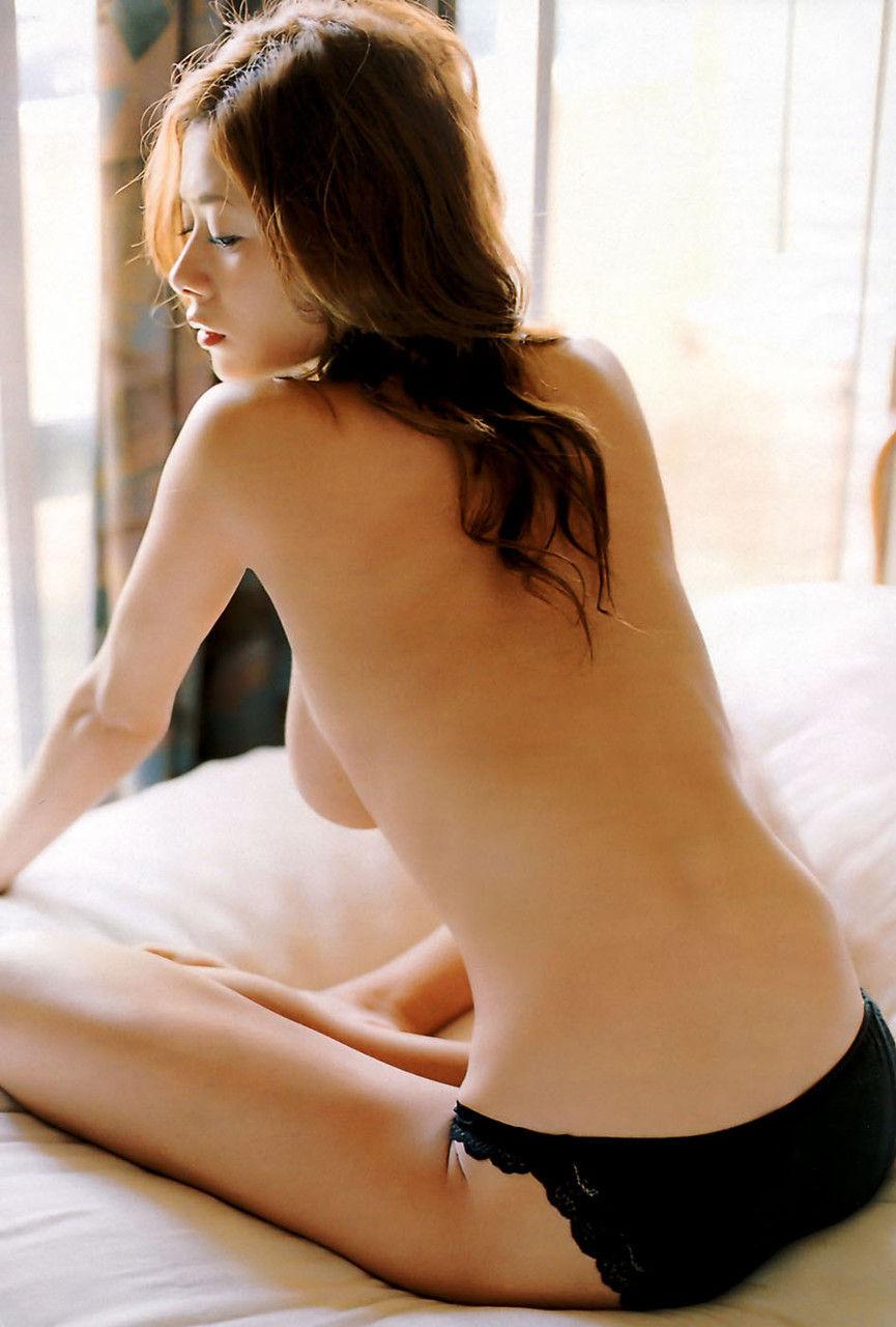 【背中美人エロ画像】後ろ向きでも見えたら巨乳w背中越しに確認できるおっぱいwww 18