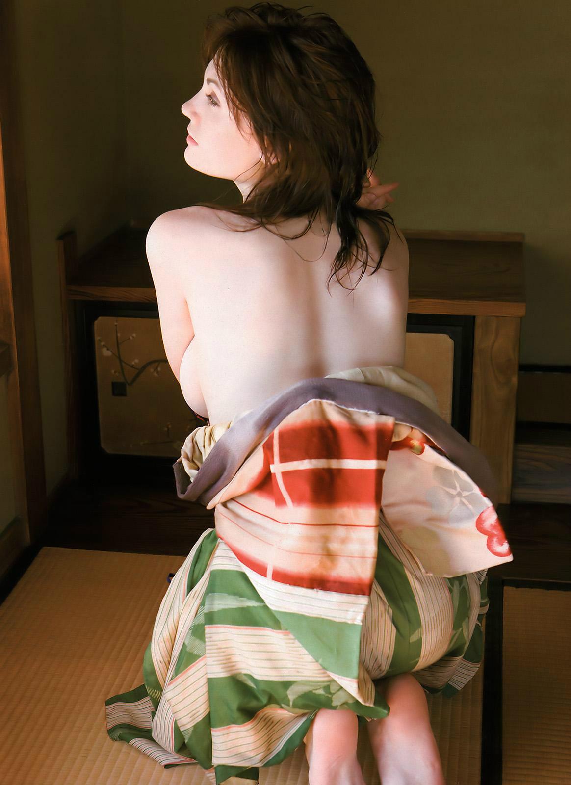 【背中美人エロ画像】後ろ向きでも見えたら巨乳w背中越しに確認できるおっぱいwww 19