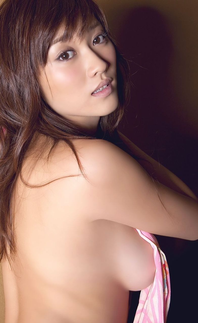 【背中美人エロ画像】後ろ向きでも見えたら巨乳w背中越しに確認できるおっぱいwww 22