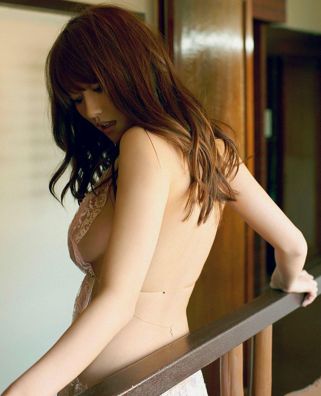 【背中美人エロ画像】後ろ向きでも見えたら巨乳w背中越しに確認できるおっぱいwww 24