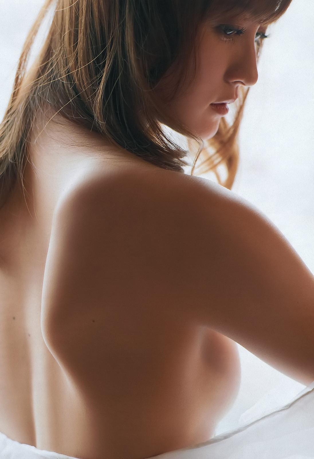 【背中美人エロ画像】後ろ向きでも見えたら巨乳w背中越しに確認できるおっぱいwww 27