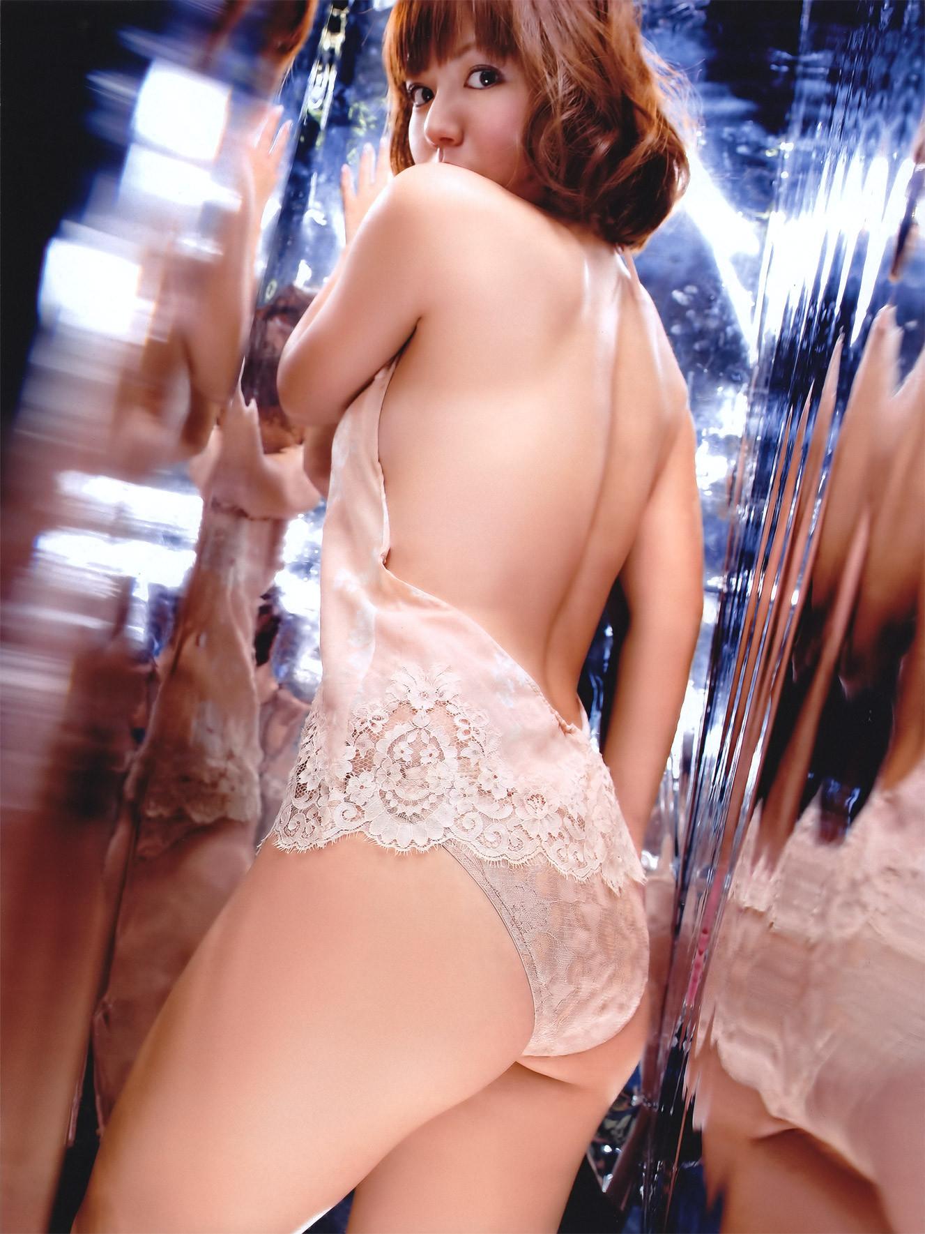 【背中美人エロ画像】後ろ向きでも見えたら巨乳w背中越しに確認できるおっぱいwww 29