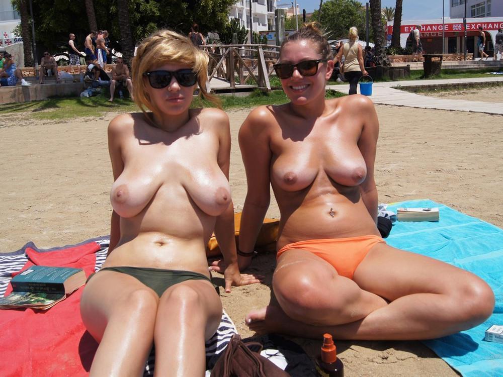 【海外エロ画像】初見なら素直に欲情していい?ビーチで裸の碧眼美女たちwww 03