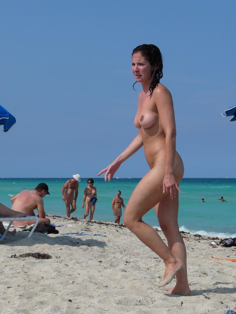 【海外エロ画像】初見なら素直に欲情していい?ビーチで裸の碧眼美女たちwww 16