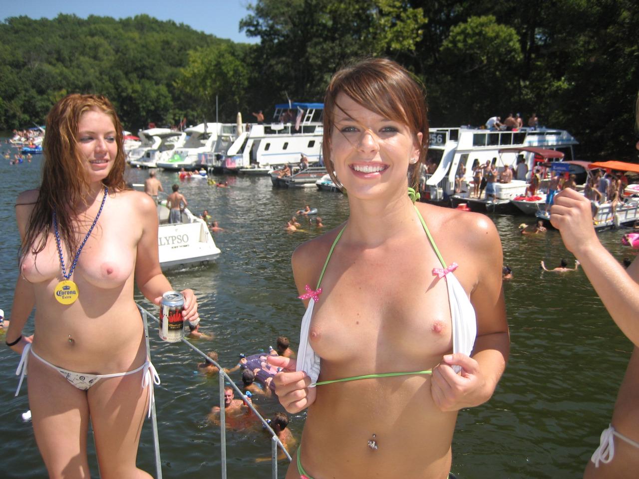 【海外エロ画像】初見なら素直に欲情していい?ビーチで裸の碧眼美女たちwww 24