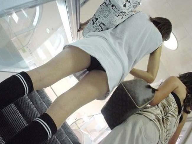 【パンチラエロ画像】諦めきれない階段のミニ…だから素直にローアングル覗きwww 01