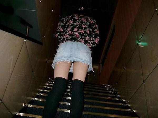 【パンチラエロ画像】諦めきれない階段のミニ…だから素直にローアングル覗きwww 03