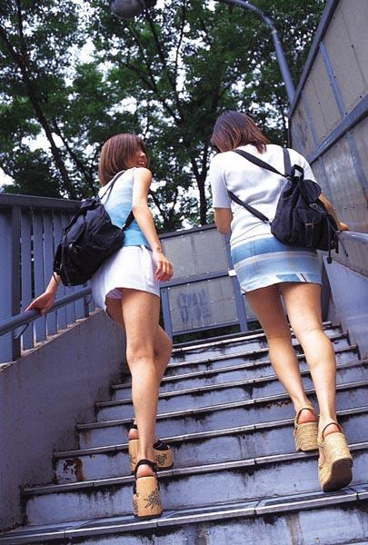 【パンチラエロ画像】諦めきれない階段のミニ…だから素直にローアングル覗きwww 08