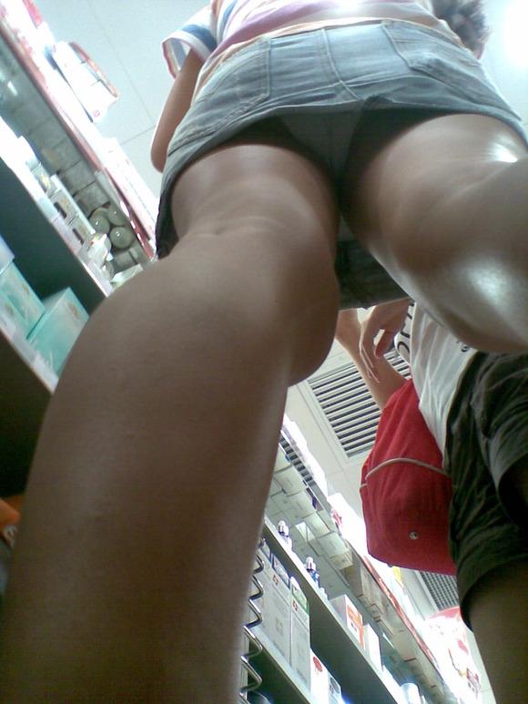 【パンチラエロ画像】諦めきれない階段のミニ…だから素直にローアングル覗きwww 17