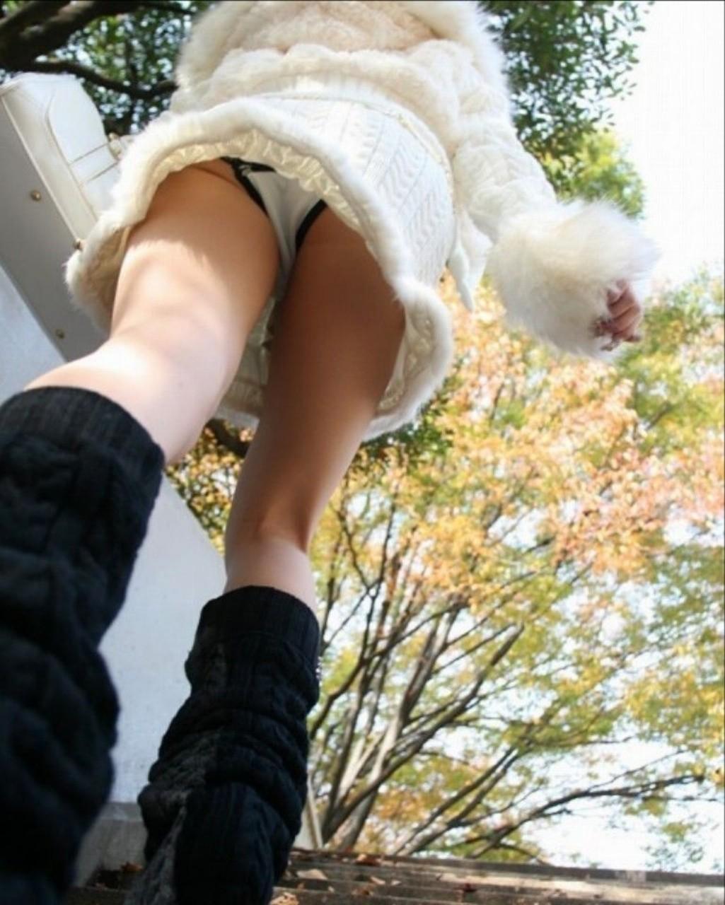 【パンチラエロ画像】諦めきれない階段のミニ…だから素直にローアングル覗きwww 20