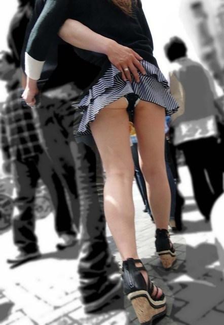 パ○チラに気付かない!スカート捲れてパンツ丸見えな画像集