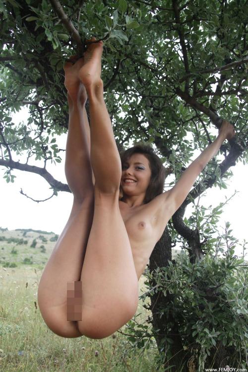 【海外エロ画像】卑猥さが薄れて…いる!?自然で裸体を晒す碧眼美女www 02