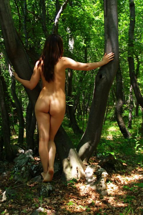 【海外エロ画像】卑猥さが薄れて…いる!?自然で裸体を晒す碧眼美女www 09