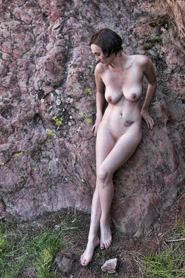 【海外エロ画像】卑猥さが薄れて…いる!?自然で裸体を晒す碧眼美女www 16