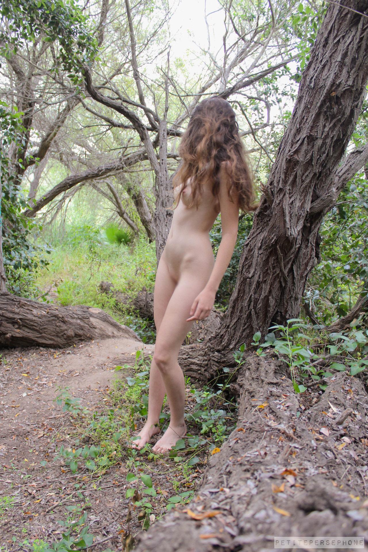 【海外エロ画像】卑猥さが薄れて…いる!?自然で裸体を晒す碧眼美女www 22