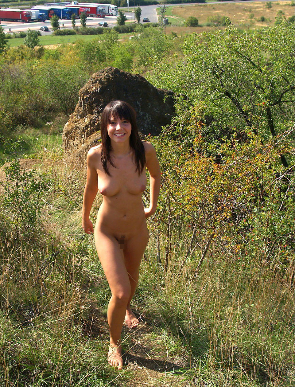 【海外エロ画像】卑猥さが薄れて…いる!?自然で裸体を晒す碧眼美女www 25