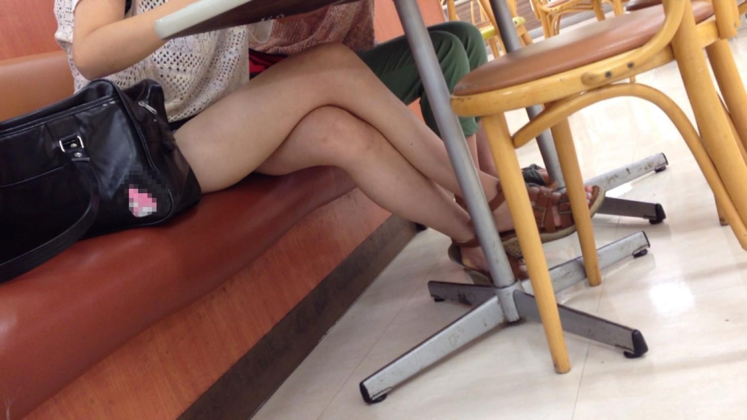 【美脚エロ画像】綺麗な裏腿が見放題!脚組んで座る女子のムッチリ度UP中の太ももwww 01