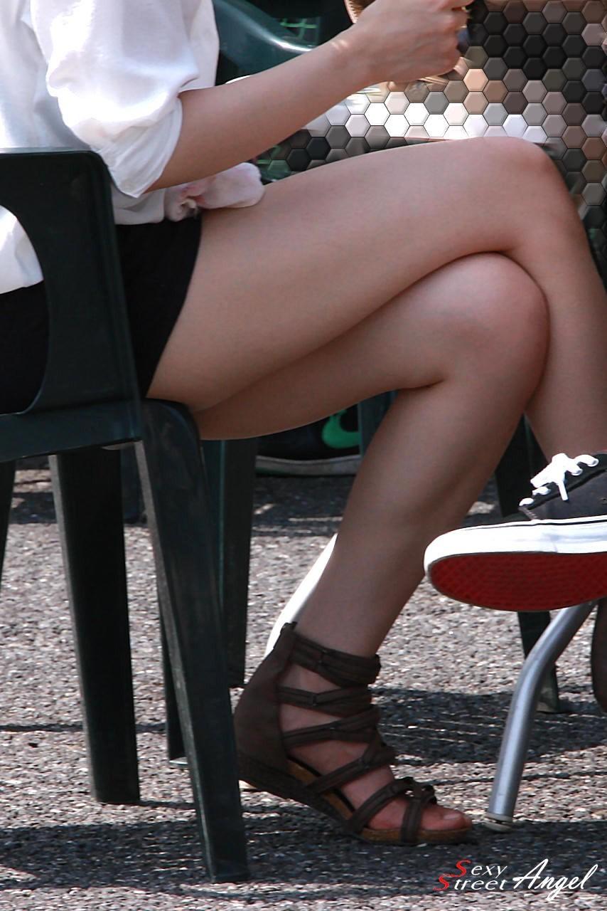 【美脚エロ画像】綺麗な裏腿が見放題!脚組んで座る女子のムッチリ度UP中の太ももwww 02