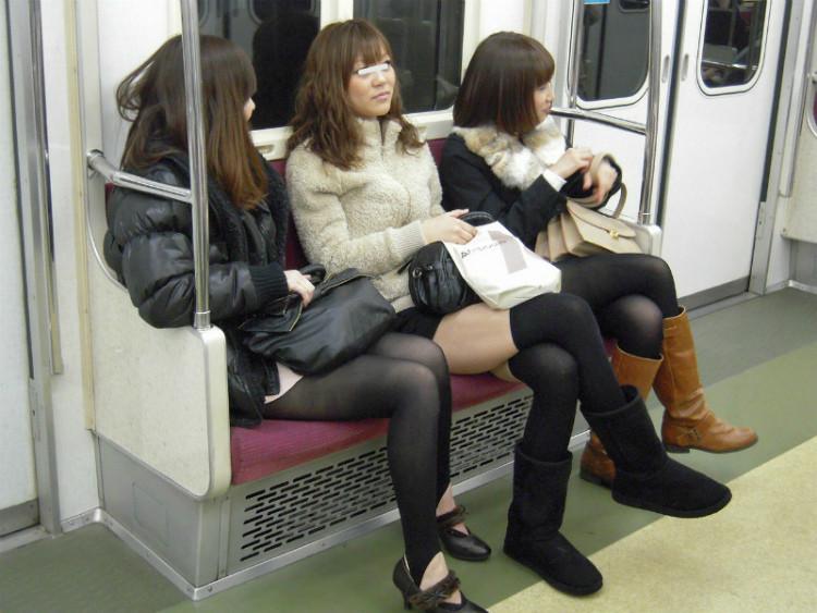 【美脚エロ画像】綺麗な裏腿が見放題!脚組んで座る女子のムッチリ度UP中の太ももwww 04