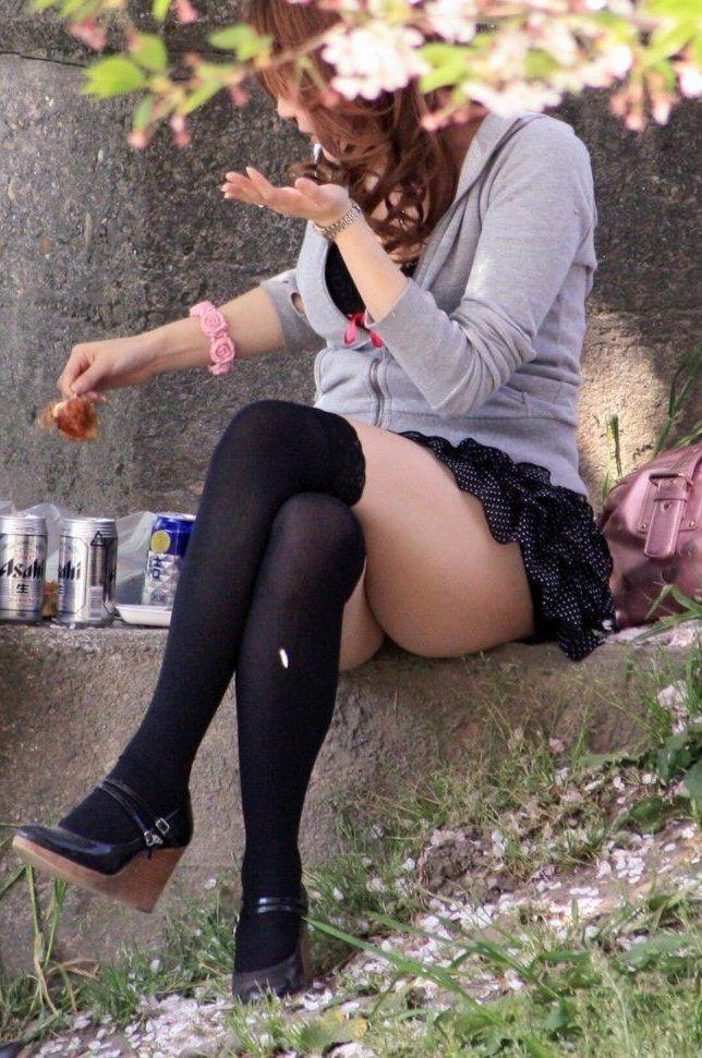 【美脚エロ画像】綺麗な裏腿が見放題!脚組んで座る女子のムッチリ度UP中の太ももwww 05