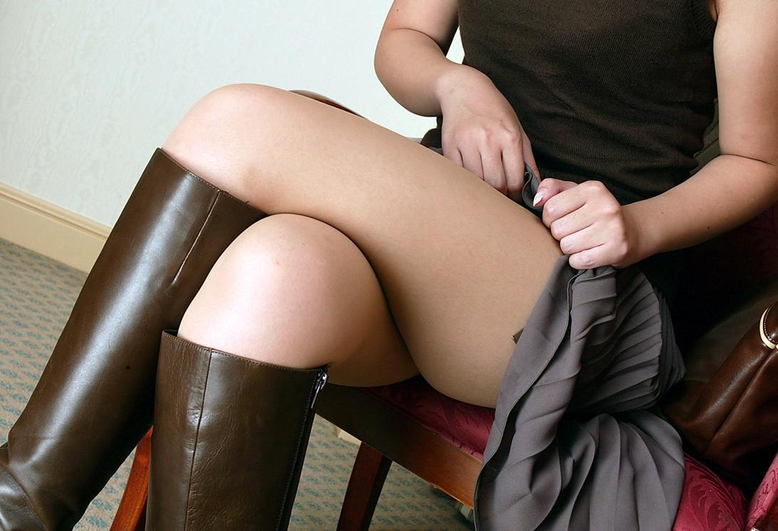 【美脚エロ画像】綺麗な裏腿が見放題!脚組んで座る女子のムッチリ度UP中の太ももwww 09