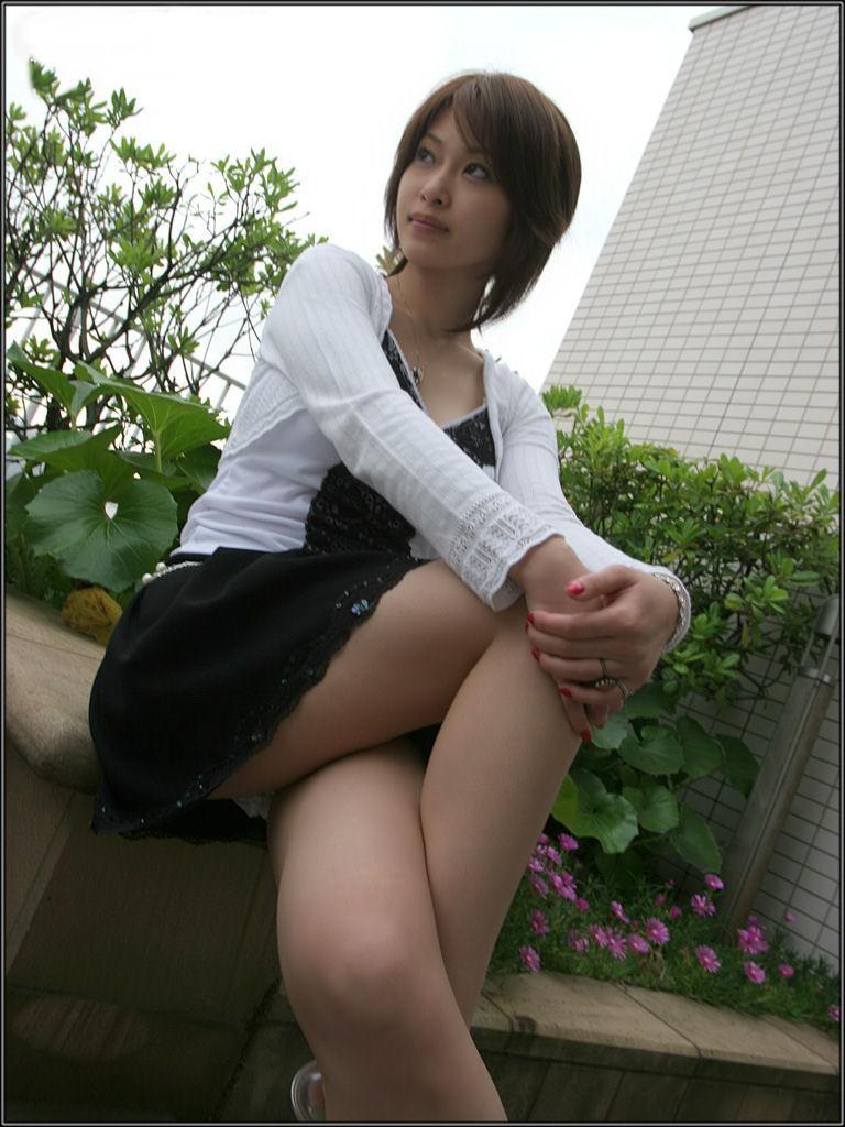 【美脚エロ画像】綺麗な裏腿が見放題!脚組んで座る女子のムッチリ度UP中の太ももwww 15