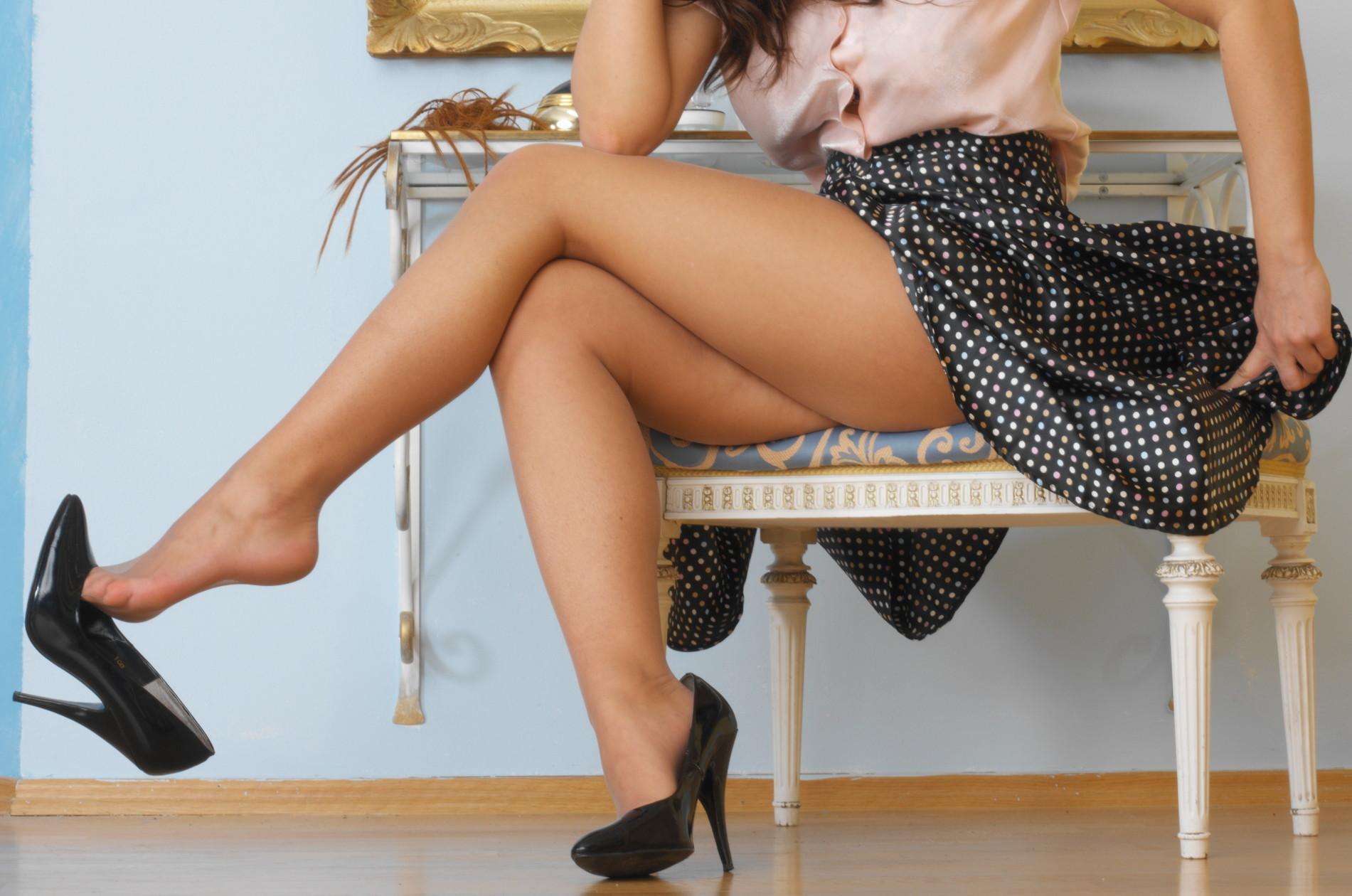 【美脚エロ画像】綺麗な裏腿が見放題!脚組んで座る女子のムッチリ度UP中の太ももwww 22