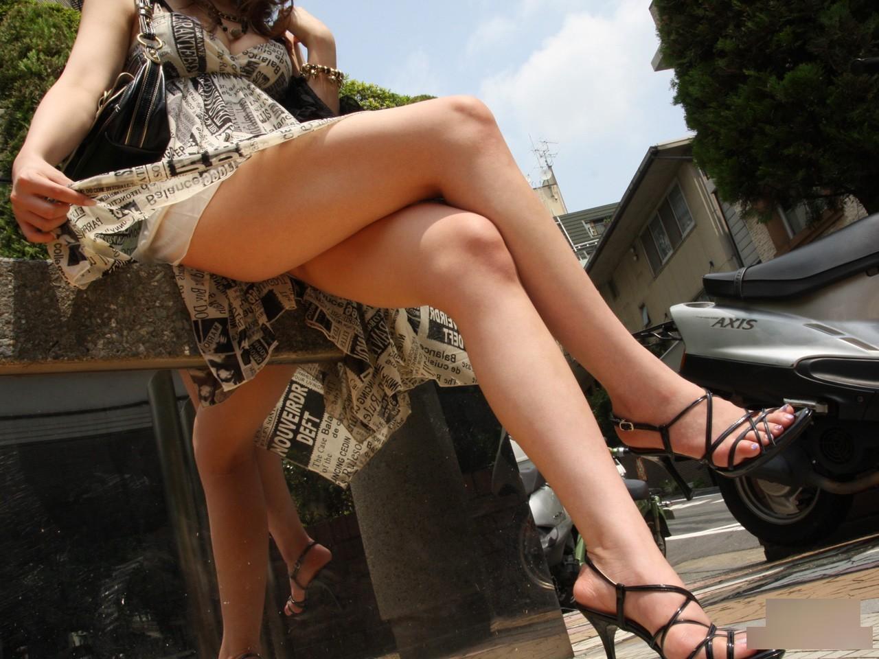 【美脚エロ画像】綺麗な裏腿が見放題!脚組んで座る女子のムッチリ度UP中の太ももwww 24