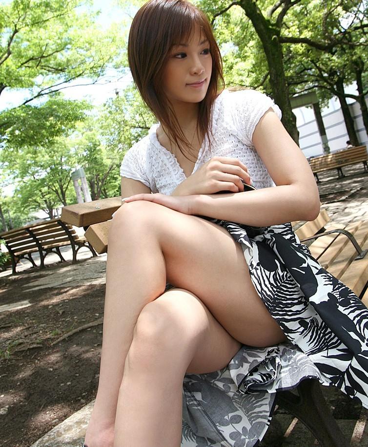 【美脚エロ画像】綺麗な裏腿が見放題!脚組んで座る女子のムッチリ度UP中の太ももwww 27