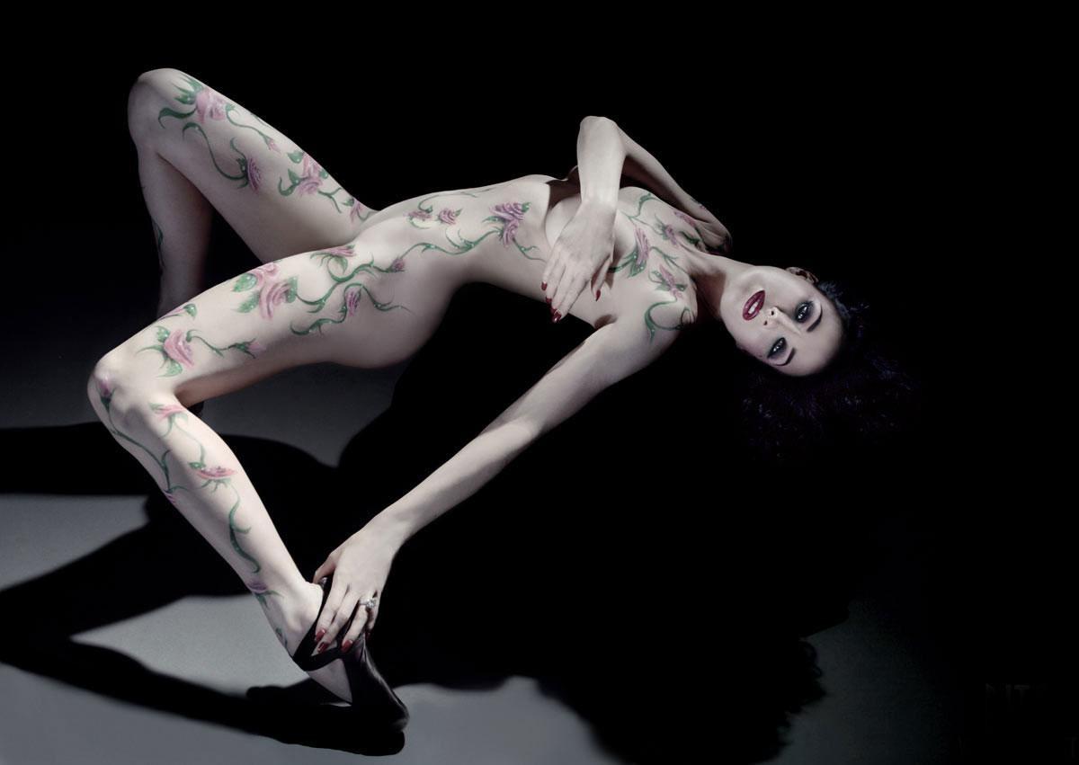 【女体エロ画像】ちゃんと着てるみたいでしょw乳首の形クッキリなボディペイント姿www 02