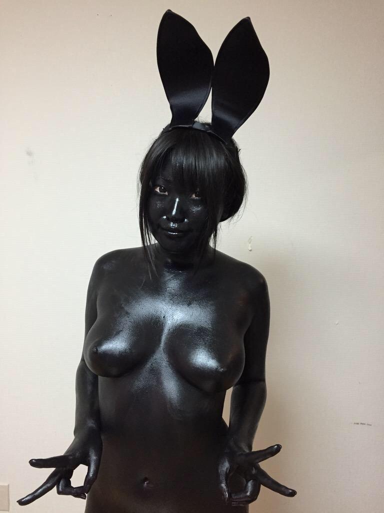 【女体エロ画像】ちゃんと着てるみたいでしょw乳首の形クッキリなボディペイント姿www 27