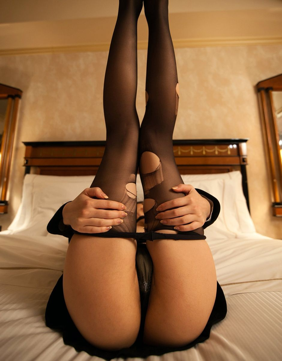 【パンストエロ画像】どうせ捨てるんだから豪快に破るべしw引き裂かれたパンストと美女の下半身www 05