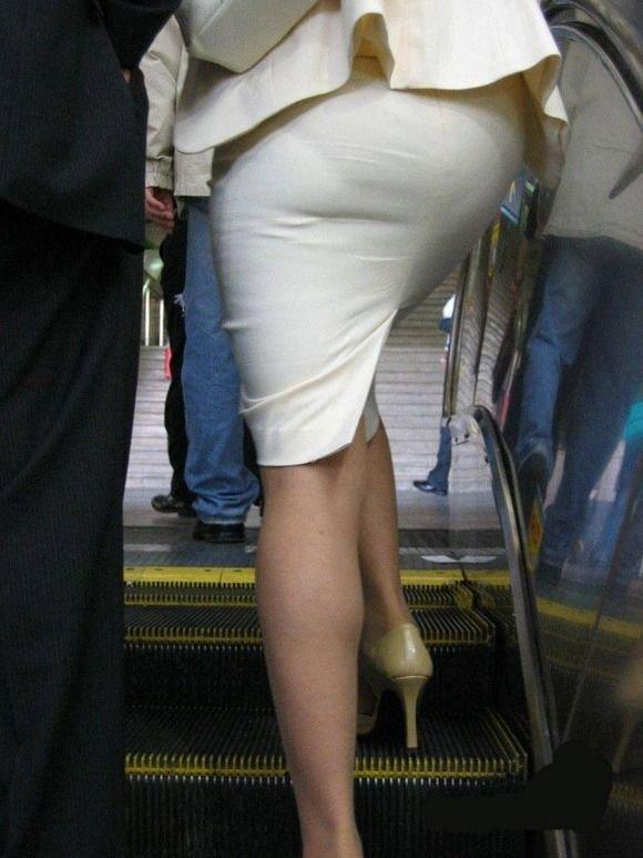 【透け下着エロ画像】見えなさそうで透けているwパンチラの手間いらずな透け下着素人www 01