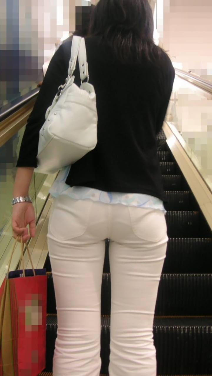 【透け下着エロ画像】見えなさそうで透けているwパンチラの手間いらずな透け下着素人www 03